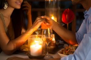 Ein Paar hält bei einem Date Händchen